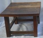 Mesa de centro em madeira nobre. Alt. 46,5 X 72 X 64. Ass. no tampo IS.