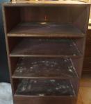 Móvel estante em madeira com 4 prateleiras. Alt. 84,5 X 55 X 49. No estado.