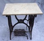 Pé de máquina de costura adaptado para mesa com tampo em mármore branco. Alt. total 75 X 65 X 40 cm.