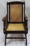 Cadeira de balanço com encosto e assento em palhinha. Alt. 93 X 60 X 51 cm.