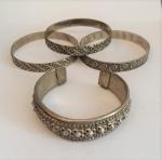 Lote com 4 pulseiras em metal espessurado a prata.