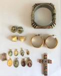 Lote de bijuterias, sendo: 3 pares de brincos, 1 pulseira e 10 pingentes religiosos
