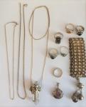 Lote composto de 10 peças em prata, sendo: pulseira, 2 cordões, 2 pingentes c/ pedras semipreciosas e 6 anéis de diferentes tamanhos e procedências. Peso total do lote 89 g