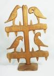 Arte popular - Escultura em madeira, representando árvore com pássaros, assinada ANÉZIO, medida 52 x 35 cm.