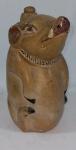 Jarra com alça em cerâmica no formato de Porca. No estado (alguns desgastes). Alt. 24 cm.