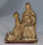 Imagem de Santa com menina em estuque . No estado (alguns desgastes e bicados). Medidas 13 x 11 cm.