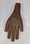 EX VOTO. Escultura em madeira representando Mão, medindo 20 cm.