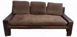 Sofá para 3 lugares em madeira nobre, com almofadas soltas em chenille marrom. Medidas 65 x 180 x 73 cm.