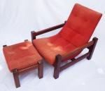 Poltrona com puff em madeira nobre, estofamento em chenille vermelho. Medidas : poltrona 77 x 71 x 78 cm. puff 30 x 38 x 40 cm.