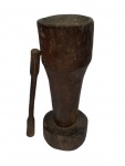 Grande pilão com soquete em madeira nobre. Alts. pilão 83 cm.   soquete 66 cm.