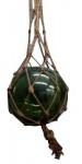 Pendente de vidro verde redondo com suporte de sisal trançado. Medidas: bola (circunferência) 100 cm,  diâmetro aprox. 28 cm, sisal 117 cm.