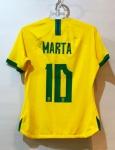 Camisa jogadora Marta  - Eleita a melhor do mundo por seis vezes, Marta é a maior jogadora brasileira da história. Conquistou, com a Seleção, as medalhas de ouro nos Jogos Pan-americanos, em 2003 e 2007, e as medalhas de prata nos Jogos Olímpicos de 2004 e 2008. Marta é também a maior artilheira de todas as Copas do Mundo Femininas, com 17 gols. A camisa usada por uma das mais notáveis mulheres do mundo pode ser sua!