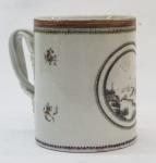 CIA DAS INDIAS. Caneca em porcelana chinesa decorada com paisagem em reserva na cor sépia. ( restauro na alça e na borda da boca). Alt. 13 cm.
