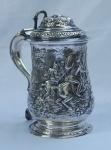 Tankard em prata inglesa , contrastada, decorado em relevo com cena medieval , monogramado J.C.S.. Alt. 21 cm. Peso aprox. 965 gr.
