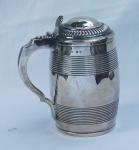 Tankard em prata inglesa,  contrastada , ART DECO, decorado com frisos e gomos . Alt. 20 cm. Peso aprox.  1.055 gr.