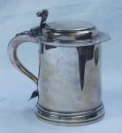 """Tankard em prata inglesa, contrastado , Barraclough & Sons, alça em """"S"""" invertidos terminada em coração. Alt. 20 cm. Peso aprox. 963 gr."""