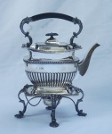 Samovar em prata inglesa , contrastada, decorado em gomos , pega e alça em madeira. Alt. 34 cm. Peso aprox. 2.000 gr.
