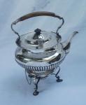 Samovar em prata inglesa contratada, pega e alça em madeira. Alt. 33 cm. Peso aprox.  1.870 gr.