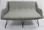 MARTIN EISLER (1913/1977). Sofá com estrutura em ferro, estofado em tecido (estofamento novo), medindo 70x 126x80cm.