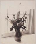 """ADL ( fotógrafo) . """"Vaso de flores na janela"""", fotografia, 25 x 20 cm. Assinado na lateral , datado 1973. (09183)"""