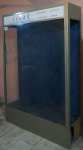 Vitrine loja de presentes Tzedaka, estrutura em madeira, alumínio e vidro, medindo 2,00x1,34x0,30 cm fundo em fórmica azul, suportes em alumínio para fixação de mãos francesas (não acompanham) para prateleiras de vidro, sem luminárias partes elétrica no estado e não testado, não acompanhe lâmpadas, sem chave com placa de acrílico.