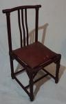 Cadeira em madeira, assento solto na cor vinho, medindo 96 x 47 x 46 cm. Necessita restauro.