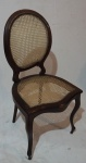 Cadeira medalhão em madeira nobre e palha sintética, medindo 97 x 47 x 45 cm.
