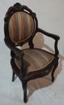 Cadeira medalhão com braço, assento e encosto estofados em tecido listrado, medindo 112 x 60 x 52 cm. Aro em forma de medalhão duplo. Necessita restauro.