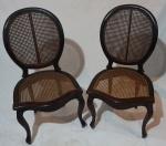 Par de cadeira medalhão, assento e encosto em palha natural, medindo 97 x 50 x 46 cm. Necessita restauro.