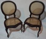 Par de cadeira medalhão simples em madeira nobre e palha sintética, medindo 97 x 48 x 45 cm. Necessita restauro.