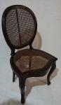 Cadeira medalhão simples em madeira nobre e palha sintética, medindo 96 x 50 x 46 cm. Necessita restauro.