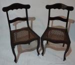 Par de cadeira inglesa em madeira nobre, encosto vazado, assento em palha indiana, medindo 57 x 45 x 42 cm.