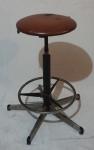 Banco giratório com base em ferro cromado, montante em ferro e assento em curvin, medindo 77 cm e 41 cm de diâmetro. Necessita restauro.