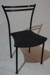 Cadeira com estrutura em ferro tubular, encosto vazado, assento estofado na cor cinza, medindo 82 x 52 x 46 cm.