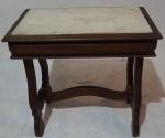 Mesa de cabeceira lateral em madeira, medindo 50 x 54 x 35 cm.
