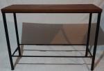Aparador com estrutura em ferro pintado na cor preta e tampo em madeira, medindo 82 x 110 x 39 cm. Falta platô inferior.