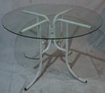 Mesa com travessa e tampo em vidro liso incolor, base em ferro tubular pintado de branco, medindo 74 cm de altura e 115 cm de diâmetro.