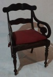Cadeira de braço em madeira nobre, palha natural, acompanha almofada em tecido na cor vermelha, medindo 88 x 54 x 50 cm. Necessita restauro.