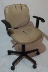 Cadeira de escritório com estrutura pintada na cor preta, medindo 87 x 61 x 54 cm. Necessita restauro.