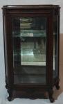 Vitrine expositora em madeira nobre e vidro, com 2 prateleiras, medindo 116 x 76 x 35 cm. Fechadura sem chave.